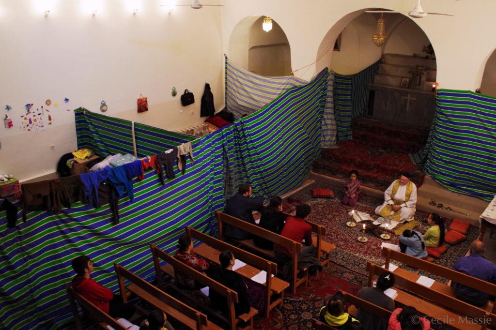 Eglise de Deir Maryam. Le frère Jens célèbre la messe au milieu des tentes aménagées pour permettre à 5 familles de loger là.
