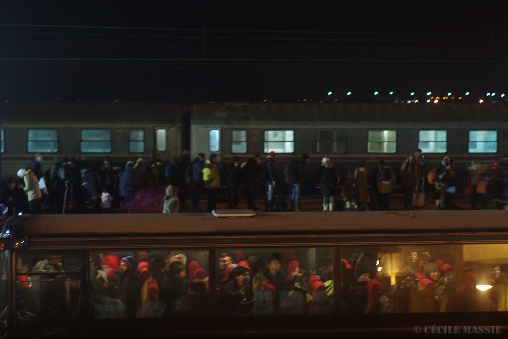 A la gare de Sid, en Serbie, le quai est devenu frontière. Les réfugiés descendent des bus qui attendaient à une dizaine de km de là, et embarquent dans le train pour la Croatie.