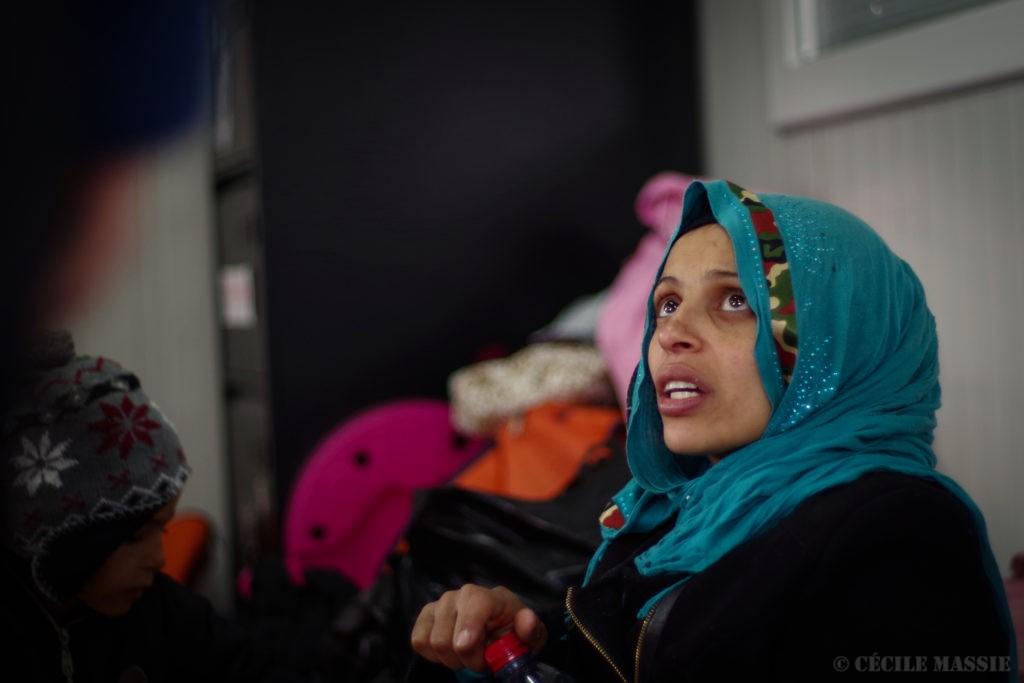 Silfa est enceinte de 8 mois, elle voyage avec sa belle soeur et 5 enfants à elles deux.