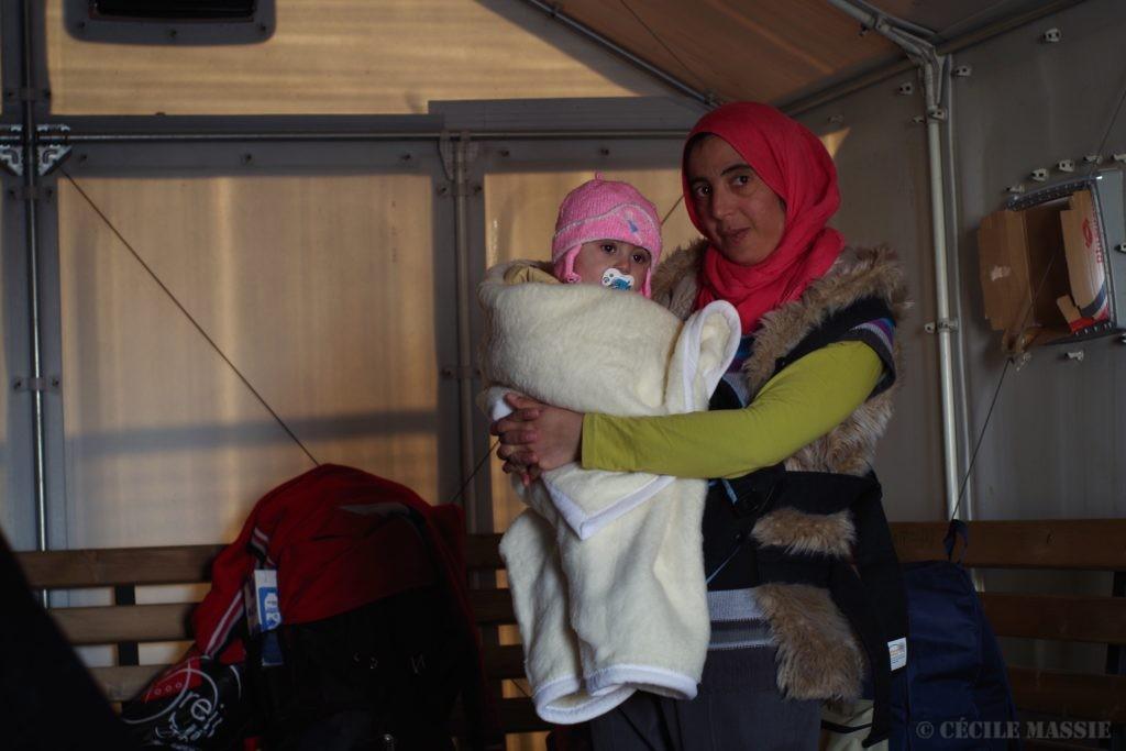 Cherine et son fils Abdelkarim pendant les 12h d'attente dans le camp de Gevgelia